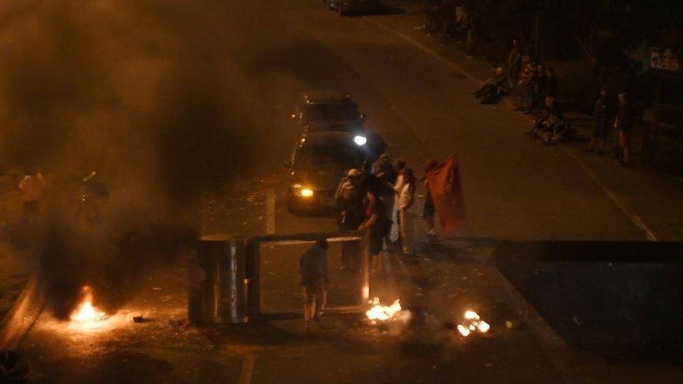 Una calle con barricadas