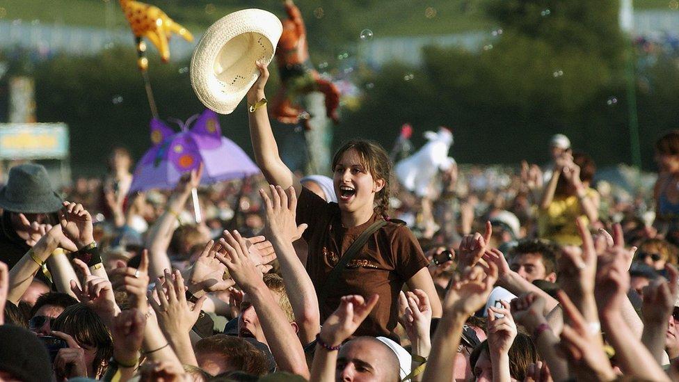 Gente cantando en un concierto.