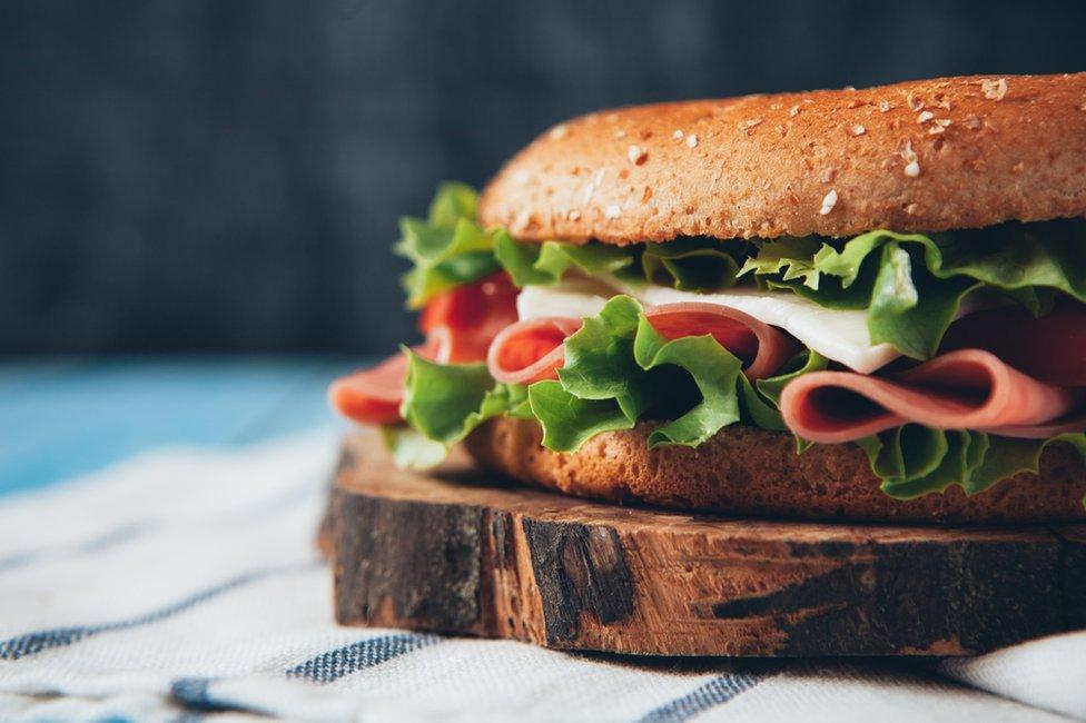 La evasión fiscal requiere de varios ingredientes, al igual que un sándwich.