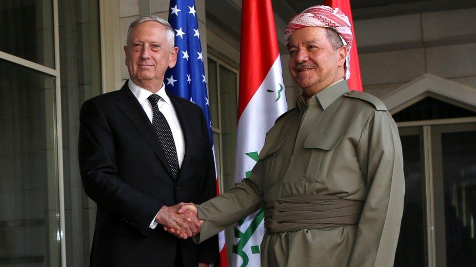 التقى ماتيس (يسار) رئيس إقليم كردستان مسعود بارزاني
