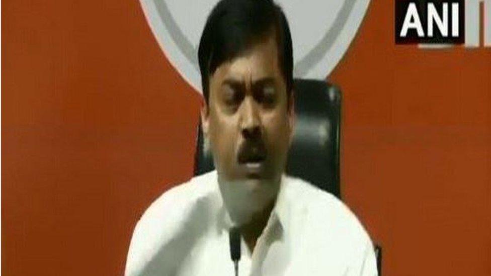 Lok Sabha polls 2019: Shoe hurled at BJP leaders