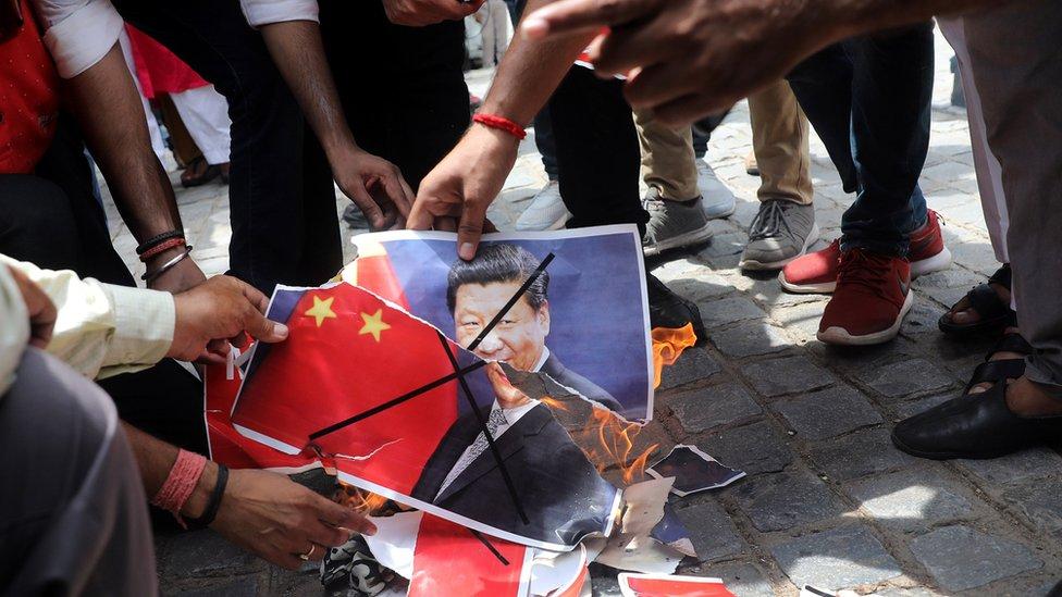 印度示威者焚燒中國國旗和領導人頭像。