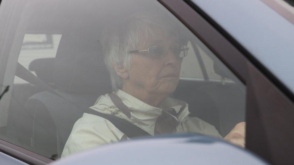 Jackie al volante en el auto.