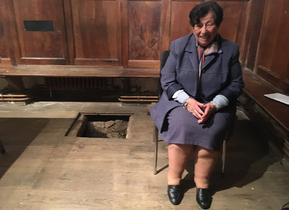 Annie junto a la tabla del suelo de la capilla.