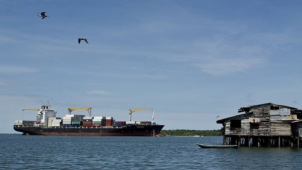 Un barco se acerca a Buenaventura, Colombia