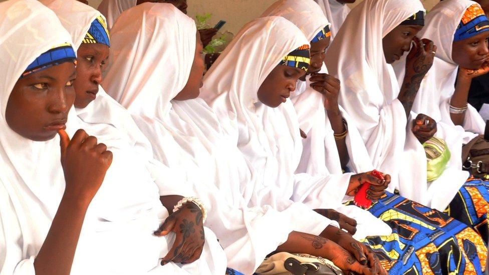 Mujeres en una boda masiva en Nigeria.