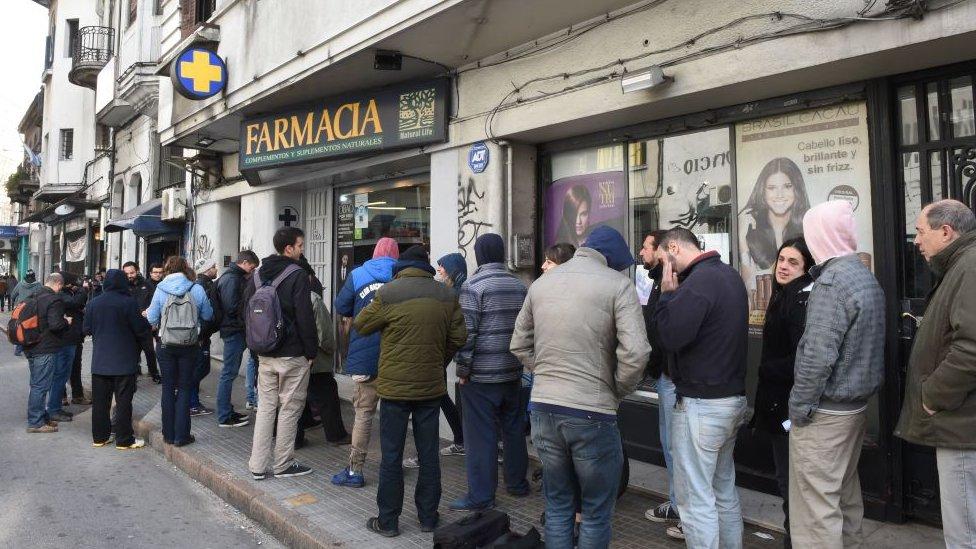 Filas para comprar marihuana legal en farmacia de Uruguay.