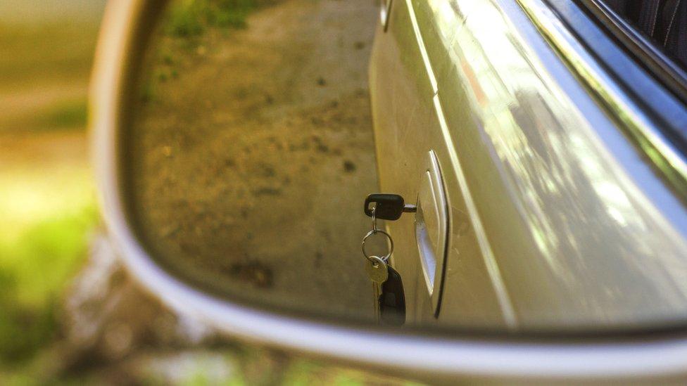 Llaves olvidadas en la puerta del carro. Denis Torkhov / Getty Images