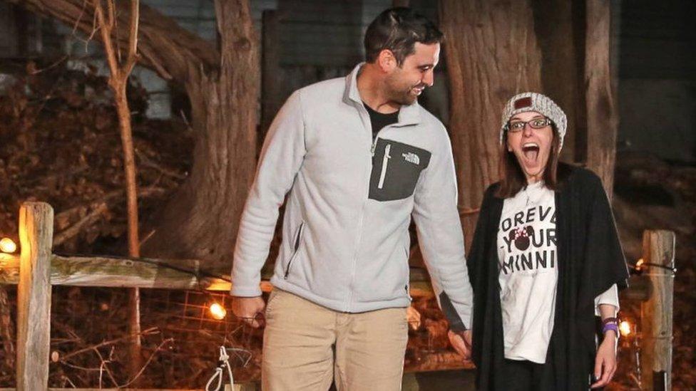Danny lleva a Nicole de la mano mientras ella tiene cara de sorpresa. Foto: Stephanie Scapellati.