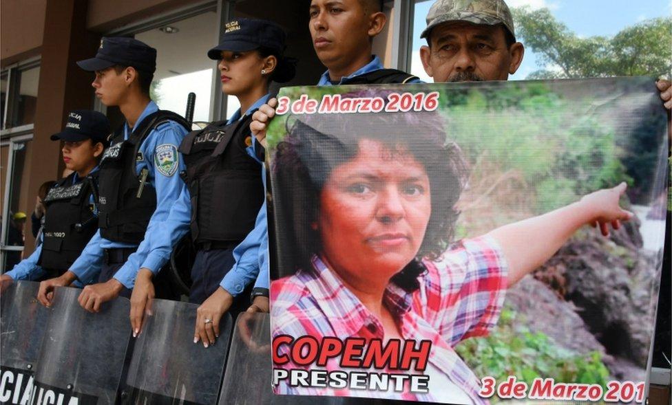 Un hombre en una protesta para exigir el esclarecimiento de la muerte de Cáceres