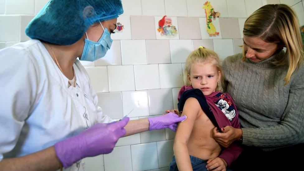 Кір не відступає: померла жінка, захворіли 930 людей