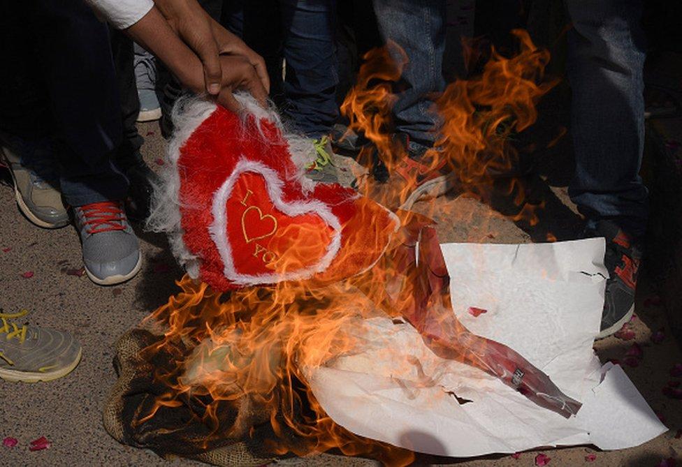 Hinduistas fundamentalistas quemando corazones en San Valentín.