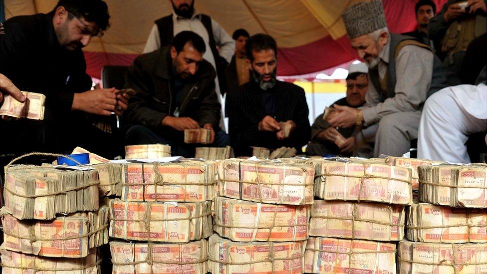 کاهش ارزش افغانی؛ برای حفظ ثبات چه باید کرد؟