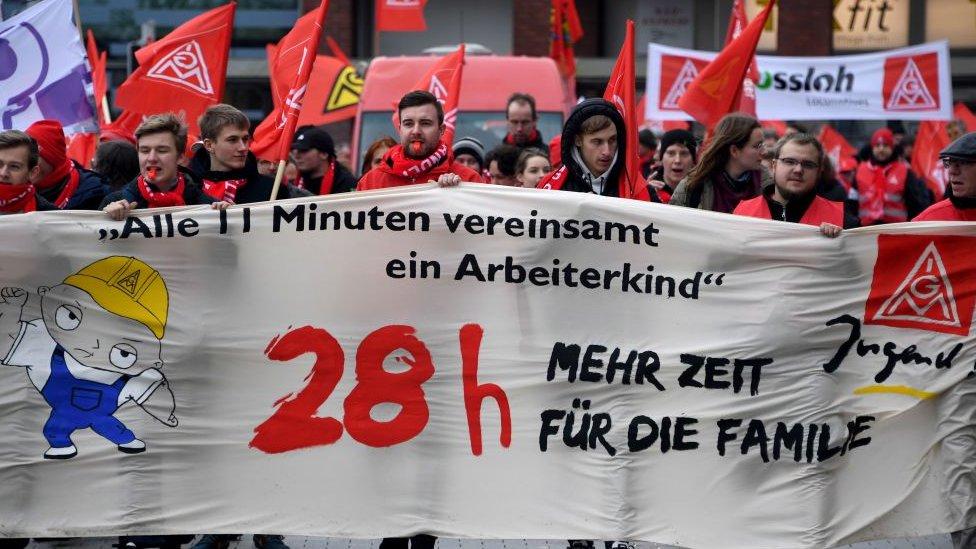 Trabajadores hacen huelga por una semana de 28 horas