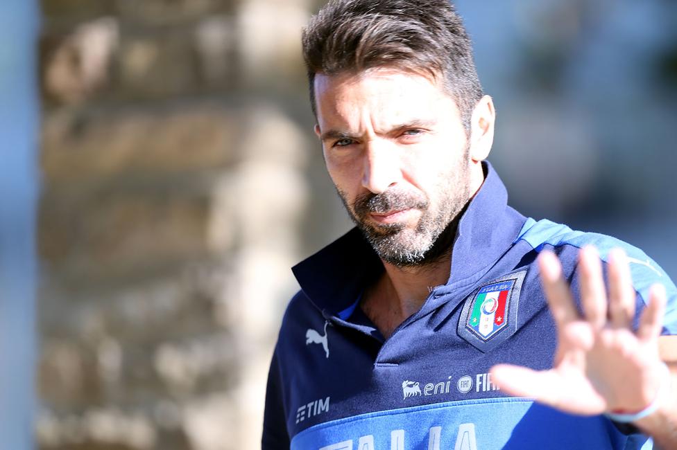 Gianluigi Buffon será el hombre en el arco para Italia en su serie frente a Suecia.