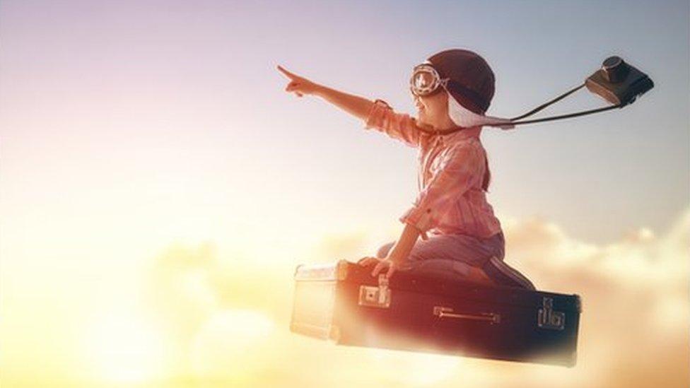 Un niño volando