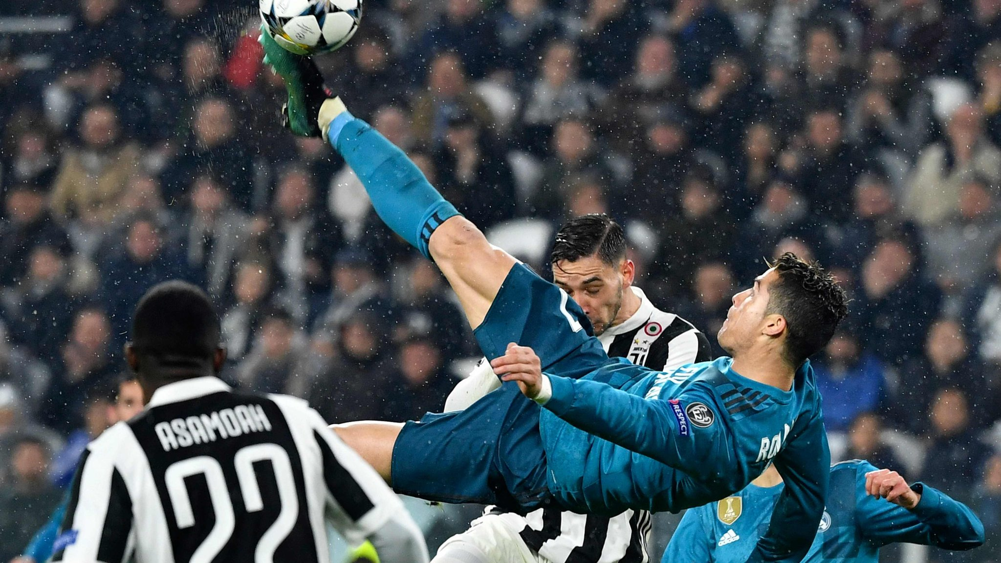 The night Juventus rose to applaud Ronaldo - how good was his bicycle kick? Vote now