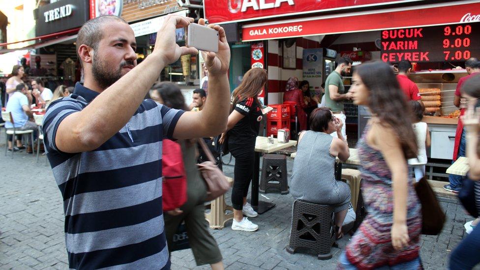Hakan Sevgin gana dinero extra sacando fotos y enviándolas a la aplicación Bounty.