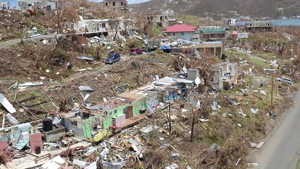 Toma aérea de la destrucción en la isla británica de Tórtola.