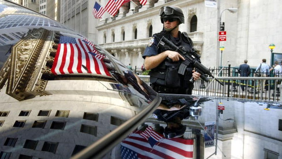 Un policía de Nueva York en Wall Street.