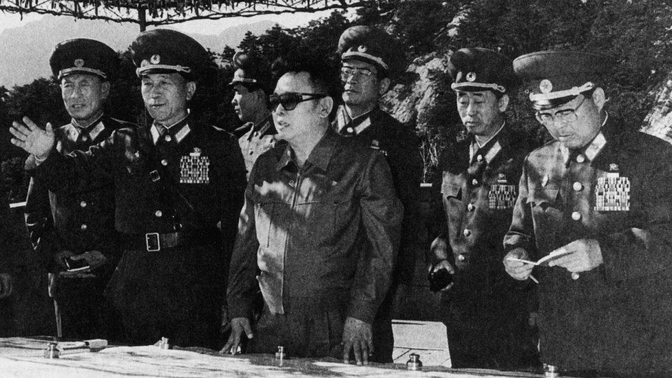 Kim Jong-il rodeado de sus jefes militares en 1997