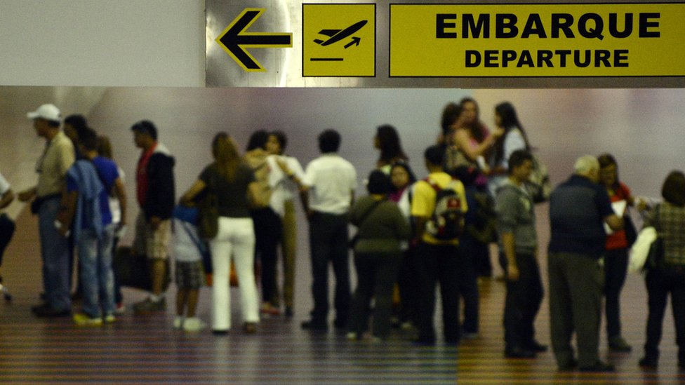 Gobierno venezolano extiende por dos años validez de pasaportes