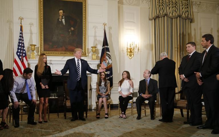 Trump con los estudiantes de Parkland en la Casa Blanca.