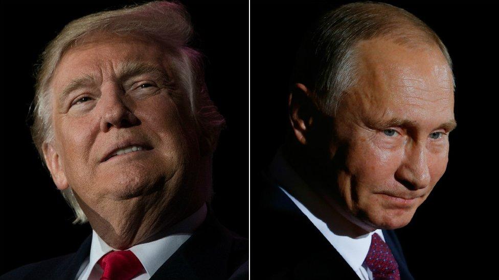 Donald Trump y Vladimir Putin en un fondo negro.
