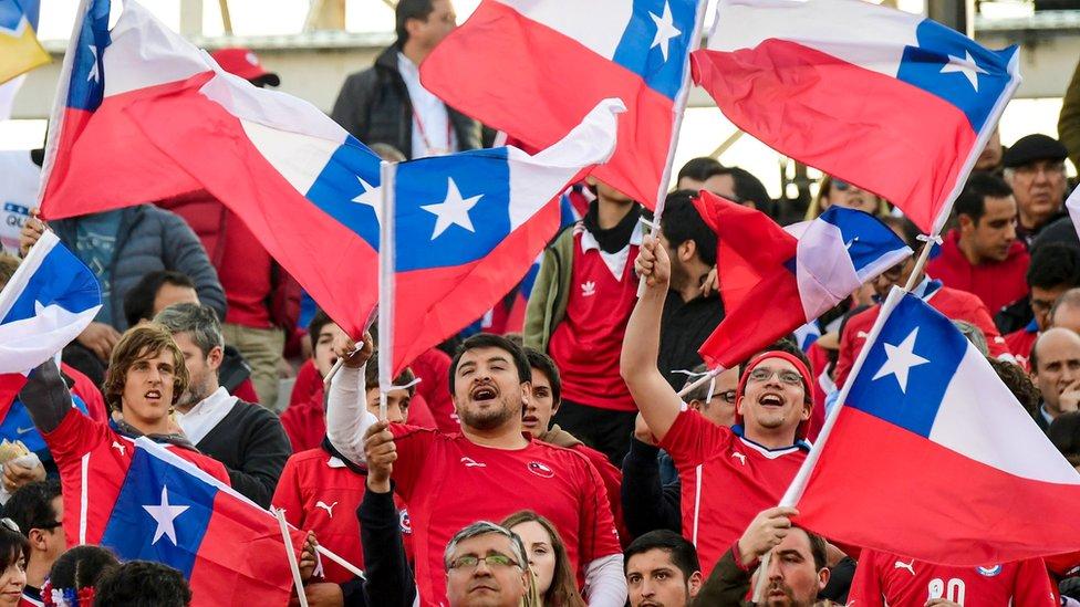 Hinchas chilenos con banderas