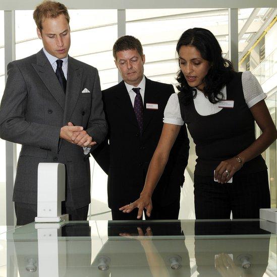 El príncipe William, el doctor Michael Dixon y Blanca Huertas, curadora de mariposas del Museo de Historia Natural de Londres.