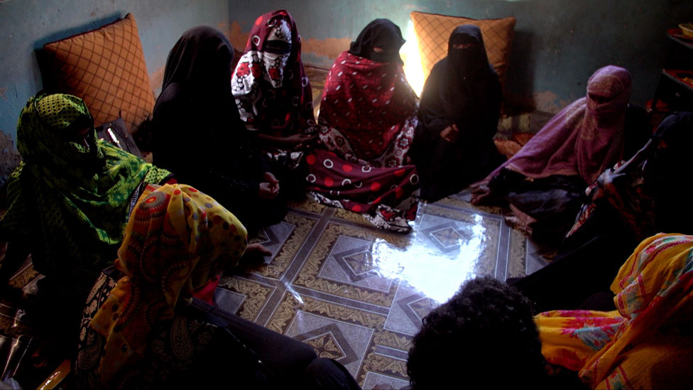 Mujeres reunidas como parte del grupo de apoyo de víctimas.