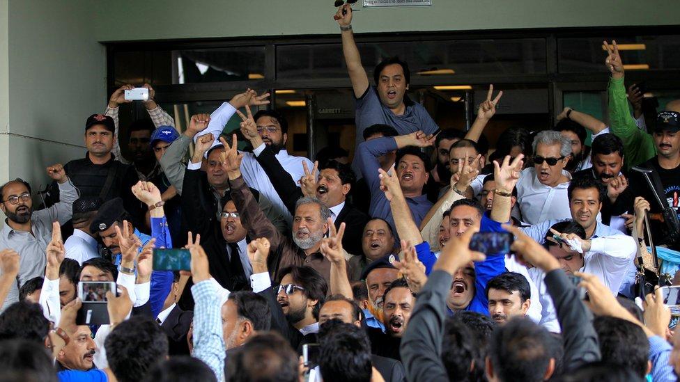 Partidarios de la oposición manifestaron su beneplácito cuando se anunció el veredicto.
