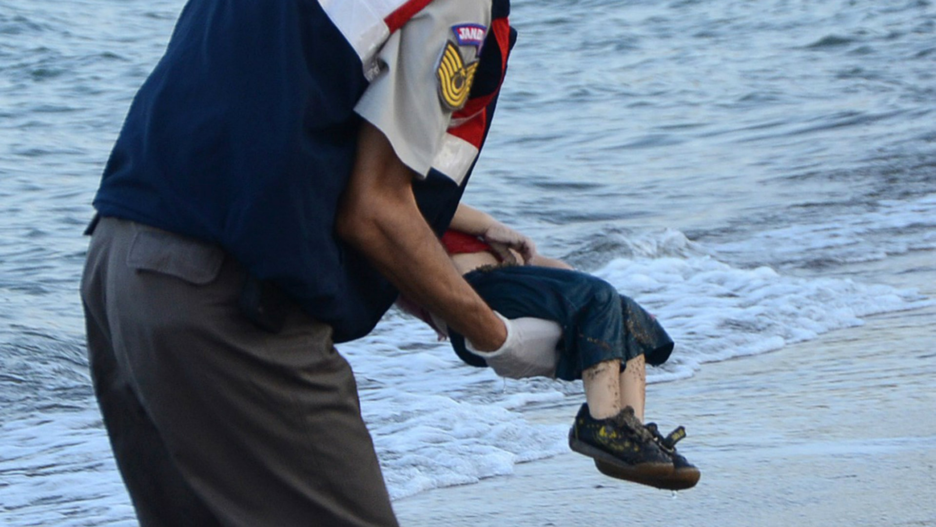 Many carrying the body of Alan Kurdi