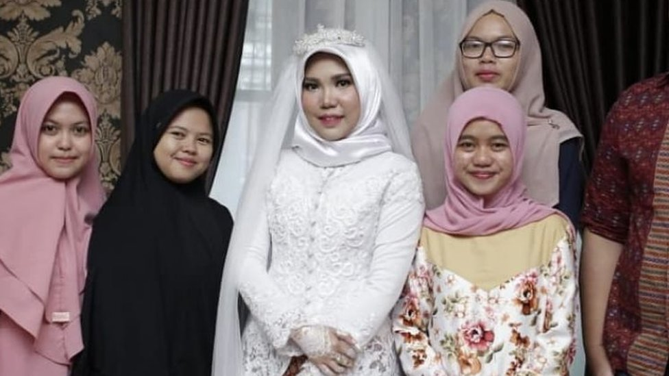 Intan Syari in her wedding dress with family friends