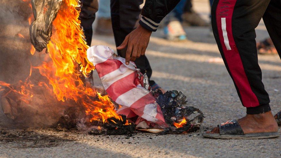 Bandera de EE.UU. en llamas
