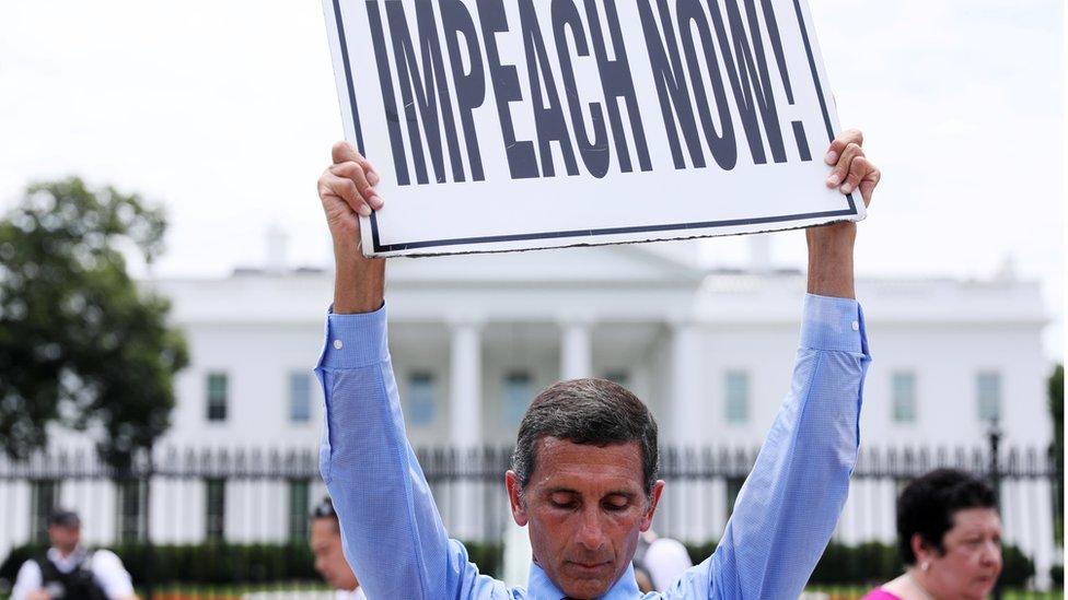 متظاهر يطالب بعزل ترامب