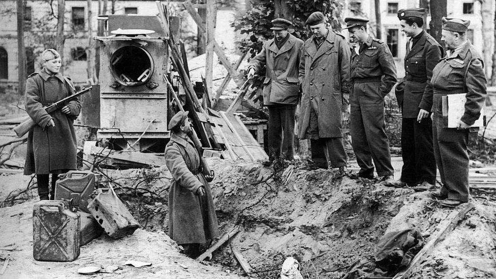 Los cuerpos de Hitler y de Eva Braun fueron enterrados inicialmente en una zanja abierta por una bomba en el jardín de la cancillería alemana.