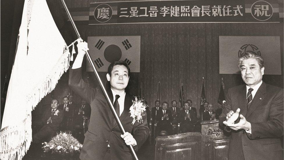 李健熙(左)就任三星集團會長(董事長)(三星集團發放照片24/12/1987)