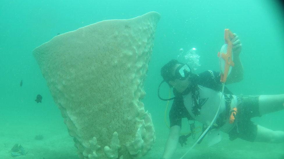 Matt Glue junto a la copa de Neptuno