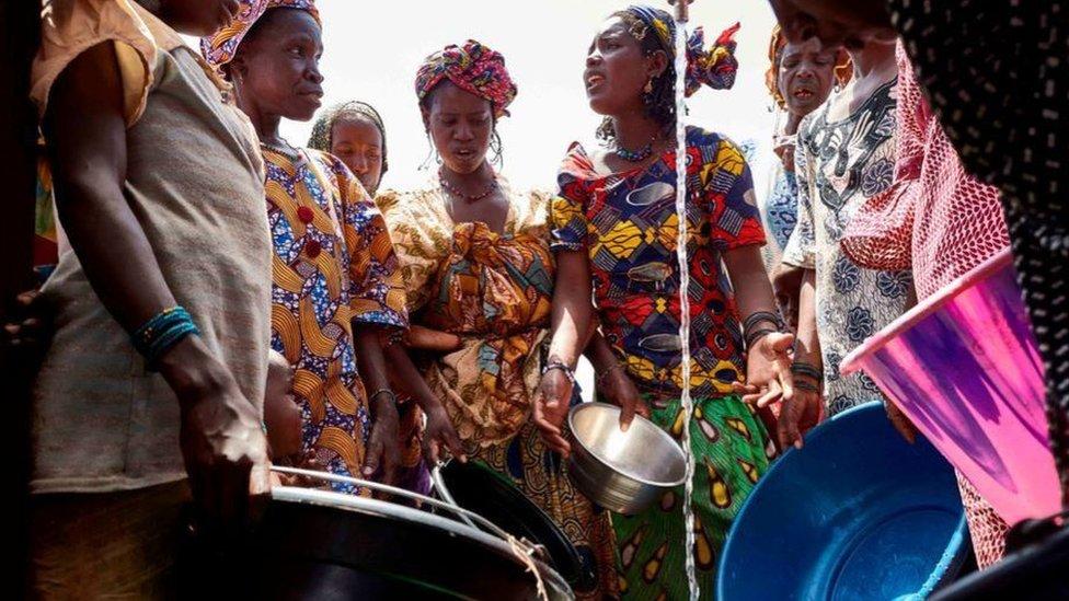 النساء والفتيات في مالي هن الأكثر تأثرا بالجفاف وعدم القدرة على الوصول للمضخات، لأنهن يكلفن عادة بجلب المياه