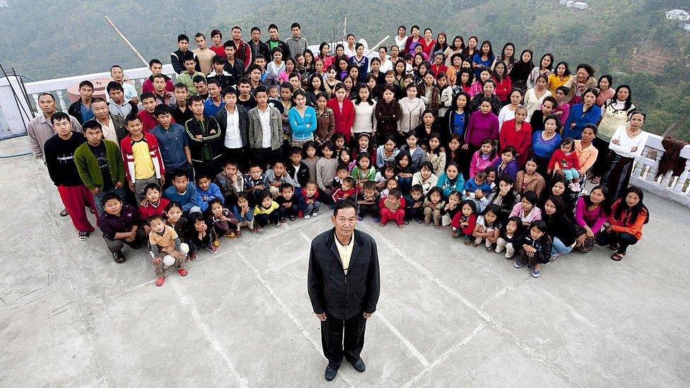 Ziona Čana s porodicom