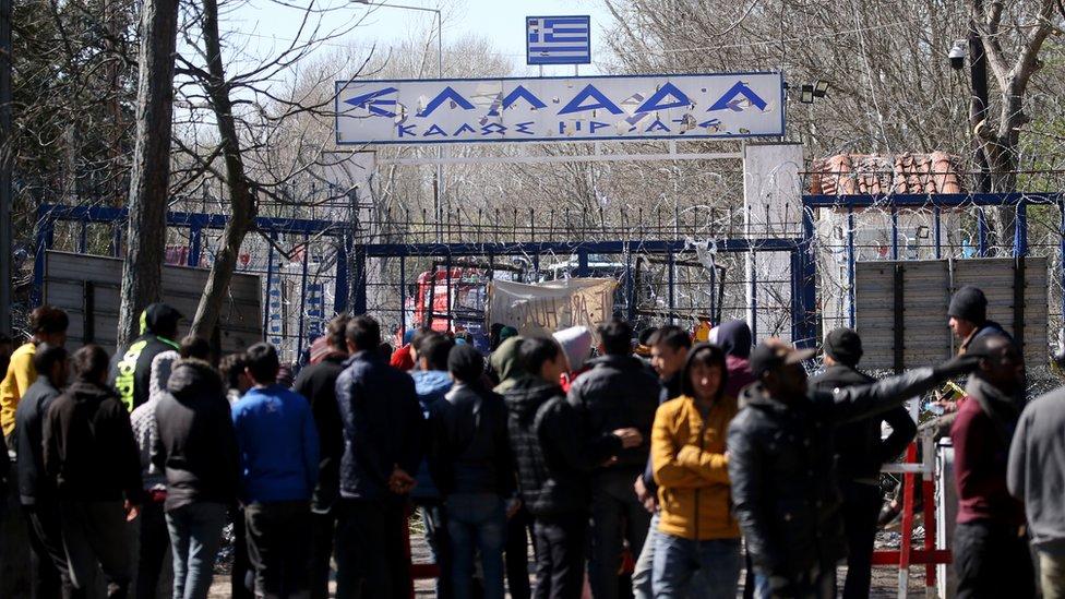 Türk-Yunan sınırında göçmenlerin bekleyişi.