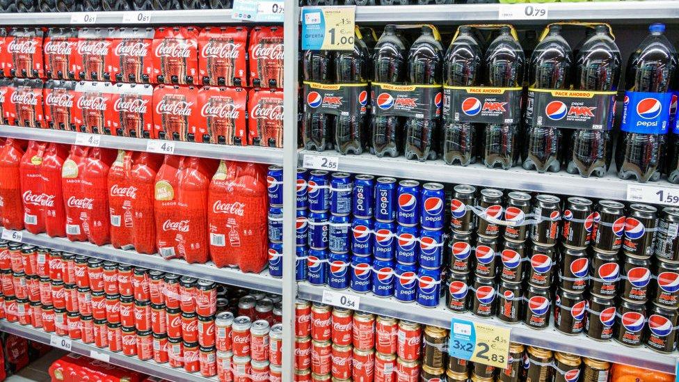Botellas de Coca-Cola y Pepsi.