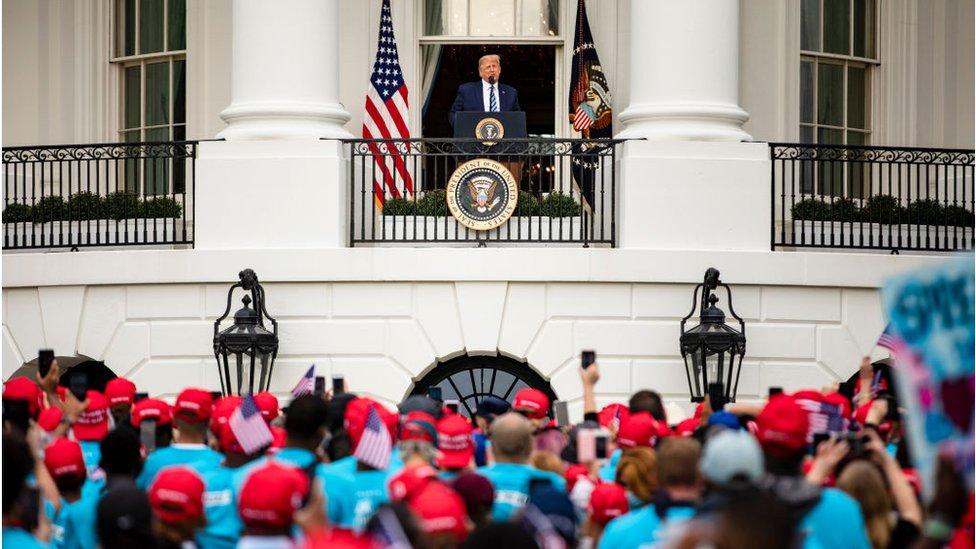 Trump le habla a sus seguidores en la Casa Blanca