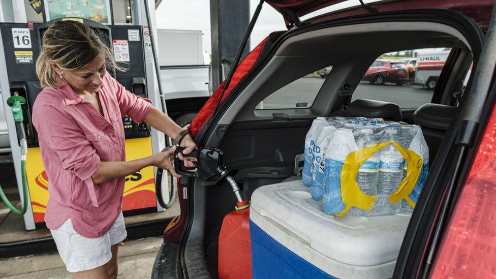 Jennifer Tate llena un bidón de gasolina el 27 de agosto de 2021.