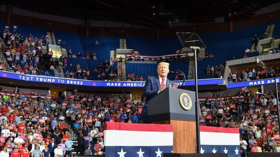 Donald Trump en Tulsa, Oklahoma con filas vacías detrás de él.