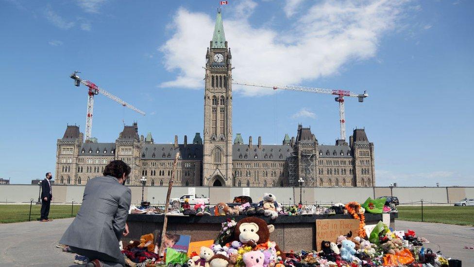 Justin Trudeau ante un memorial de niños indígenas víctimas de internados