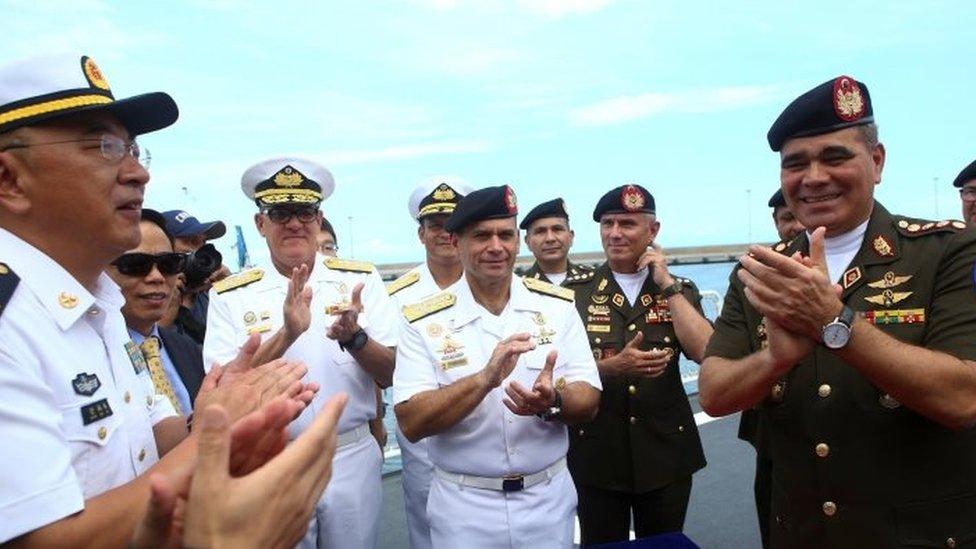 El ministro de Defensa de Venezuela, Vladimir Padrino Lopez (der.), asiste al recibimiento de la tripulación del Arca de la Paz de China