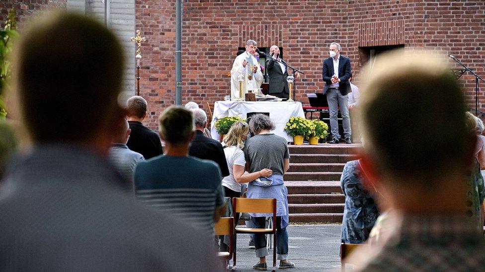 Parejas en una bendición fuera de una iglesia católica en Colonia.