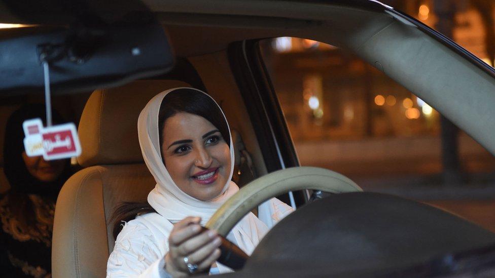 Mujer saudita conduciendo un vehículo